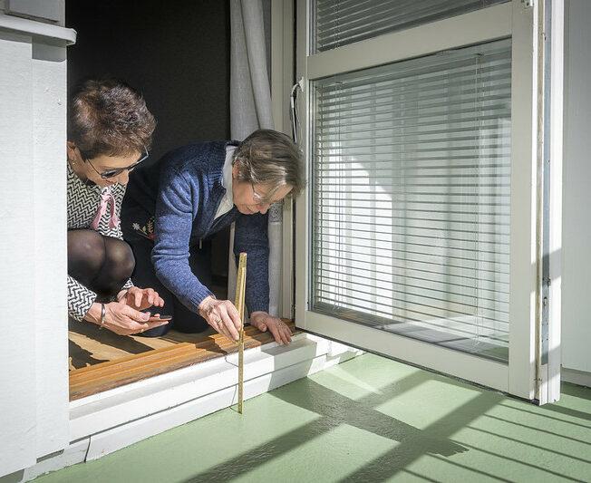 Susanne Iwarsson från CASE och Ann Mari Storm från CASE brukarråd mäter trösklarna i en lägenhet i Lund.